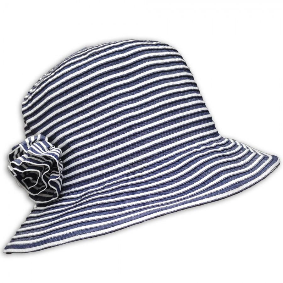 Dámský klobouk s proužky